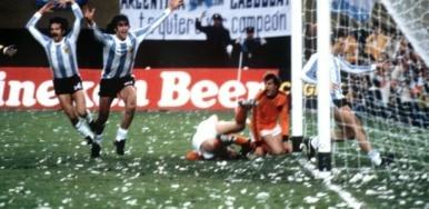 Jogadores argentinos comemoram gol contra a Holanda na final da Copa de 1978