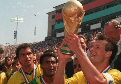 O capitão Dunga levanta a Copa do Mundo nos Estados Unidos , em 1994