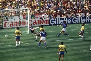 Paolo Rossi supera a defesa brasileira e marca o primeiro dos três gols da Itália.