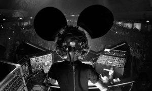 DJ conhecido como Deadmau5 se apresenta com máscaras de rato
