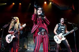 Alice Cooper - circo dos horrores e banda com três guitarristas