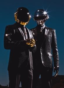 O duo francês de música eletrônica  Daft Punk - visual inspirado no filme Tron (2010)